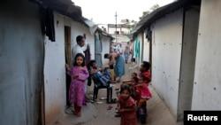 အိႏိၵယႏုိင္ငံ၊ Jammu ၿမိဳ႕ရွိ တဲအိမ္မ်ားတြင္ ေနထိုင္ေနၾကသည့္ ႐ိုဟင္ဂ်ာမြတ္ဆလင္မိသားစုမ်ား။ ေမ ၅၊ ၂၀၁၇။
