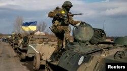Tổng thống Ukraine nói rằng quân đội của nước này sẵn sàng đưa vũ khí hạng nặng trở lại tiền tuyến nếu tình hình rối loạn tiếp diễn.