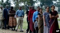Des Kenyans attendent pour voter à Nairobi, Kenya, le 27 décembre 2007.