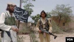 Dua militan Taliban Pakistan di daerah suku terpencil Khyber (foto: dok).