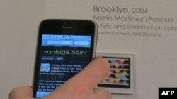 Posetioci jedne od izložbi u Muzeju američkih Indijanaca pozivaju se da koriste svoje mobilne telefone