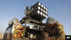 سهرههڵـداوێـکی لیبیا له نزیک ڕێـگایهکی شـارۆچکهی بن جواد موشهکێـک بۆ ههڵدان ئاماده دهکات، سێشهممه 29 ی سێی 2011