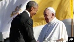 Presiden AS Barack Obama berjabat tangan dengan Paus Fransiskus usai pidato penyambutan di Gedung Putih, Rabu (23/9).