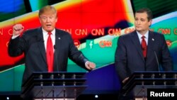 Kandidat capres partai Republik Donald Trump (kiri) dan Ted Cruz dalam acara debat di Las Vegas, Nevada bulan lalu (foto: dok).