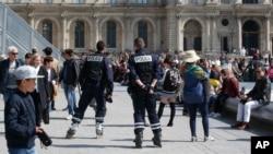 警察在法国巴黎卢浮宫外巡视(2017年4月21日)
