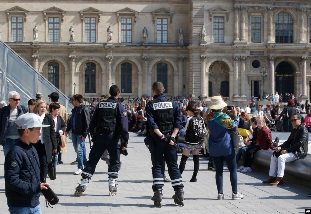 警察在巴黎羅浮宮博物館外面巡邏(2017年4月21日)