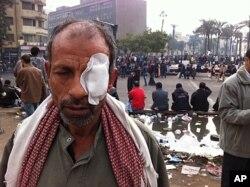 Un homme blessé durant les affrontements entre policiers et manifestants au Caire (20 novembre 2011)