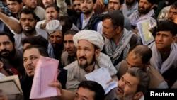 Afegãos tentam obter os seus passaportes para sair do Afeganistão, 6 de Outubro 2021, depois da tomada do Talibã