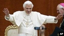 教皇本笃十六世在罗马郊外他的夏季住所向信徒们招手