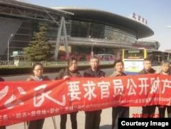 曾导演访民春晚的姜家文(中)被称为劳教刑拘冠军。(网络图片)