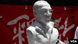 已故中國諾貝爾和平奬得主劉曉波雕像 (美國之音湯惠芸拍攝)
