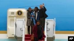 Prezidan Etazini an, Barack Obama ak Premye Danm lan, Michelle Obama ak 2 pitit fi yo, Sacha e Malia Obama, pandan yo tap desan avyon Air Force One nan, lendi 2 janvye 2017. Fami prezidansyèl la retounen nan Lamezon Blanch jodi 2 janvye 2017 apre yo te fin pase vakans fèt fen dane yo nan Awayi. (Foto AP/Jose Luis Magana)