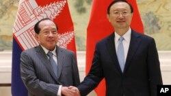 Ủy viên Quốc vụ Trung Quốc Dương Khiết Trì và Phó Thủ tướng kiêm Bộ trưởng Ngoại giao Campuchia Hor Namhong (trái) trong cuộc họp thứ ba của Ủy ban Điều phối Liên Chính phủ Trung Quốc-Campuchia, ngày 4/2/2016.