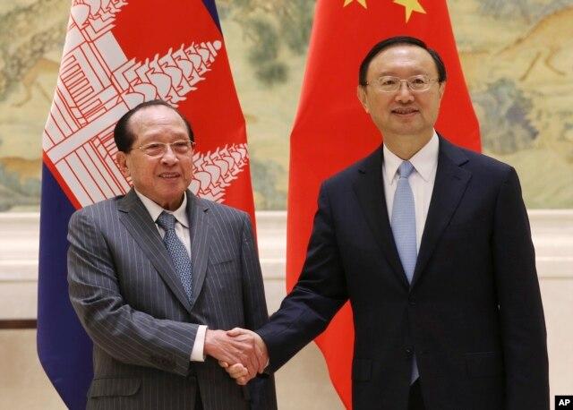 Ủy viên Quốc vụ Viện Trung Quốc Dương Khiết Trì tiếp Bộ trưởng Ngoại giao Campuchia Hor Namhong tại Bắc Kinh, ngày 4/2/2016. Trung Quốc đang cố gắng rất nhiều để chiêu dụ Campuchia.