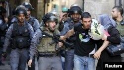 Cảnh sát Israel ngăn cản một người đàn ông Palestine tiến vào Đền thờ Hồi giáo Al-Aqsa, một địa điểm tôn giáo được cả người Hồi giáo lẫn người Do Thái sùng kính, ngày 28/9/2015.
