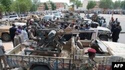 Un soldat tchadien passe devant les armes exposées, saisies parmi la force rebelle vaincue, sur la place de l'Indépendance à N'jamena, le 20 mai 2009.