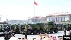 중국 인민해방군이 항공모함 공격용 둥펑-21D 전략미사일을 동원한 군사 행진을 하고 있다. (자료사진)