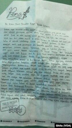 """Surat dari masyarakat yang menyuarakan tentang HAM di hari AM internasional dalam kampante """"PENA"""" oleh Amnesty Internasional Indonesia. (Foto: VOA/Ghita)"""
