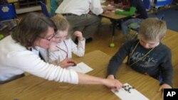 Lisa Purcell vodi radionicu prirodoslovlja za učenike prvih razreda