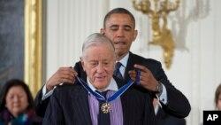 """Ben Bradlee, saat menerima penghargaan """"Presidential Medal of Freedom"""" dari Presiden Obama di Gedung Putih, Washington DC, 20 November 2013 (Foto: dok)."""