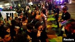 Những người biểu tình bị chặn trong một cuộc diễu hành qua các đường phố Los Angeles sau cuộc bầu cử của ông Donald Trump là Tổng thống của Hoa Kỳ tại Los Angeles.