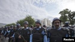 Cảnh sát chống bạo động canh gác bên ngoài tòa án tối cao Pakistan.