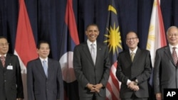 President Barack Obama, center, is joined for a photo with ASEAN leaders, from left, Lao President Choummaly Sayasone, Vietnam Priesident Nguyen Minh Triet, Philippines President Benigno Aquino III, and Malaysian Prime Minister Najib Raza, before a lunche