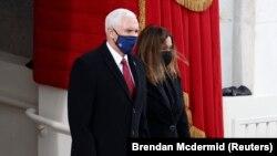 Odlazeći potpredsednik Majk Pens sa suprugom Karen prisustvuje inauguraciji Bajdena