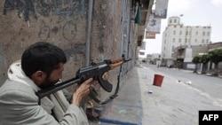Pripadnik plemenskih snaga na ulicama Sane, Jemen, 7. jun 2011.