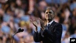 6일 미국 민주당 전당대회에서 대통령 후보 수락연설 후 지지자들의 환호에 답하는 바락 오바마 대통령.