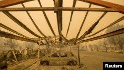 Một chiếc xe bị thiêu rụi nằm dưới một bãi đậu xe sau Đám cháy ở Thung Lũng ở California, ngày 13/9/2015.