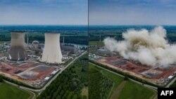 Perusahaan energi Jerman, EnBW, merobohkan dua menara setinggi 150 meter di PLTN Philippsburg, dekat Karlsruhe, Jerman, Kamis, 14 Mei 2020.(Foto: Daniel MAURER / EnBW / AFP)