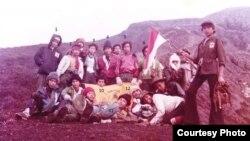 Di tepi kawah Kerinci, Jokowi duduk ujung kiri. (foto ist via Sugito)