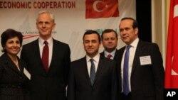 Neera Tanden, Amerikan İlerleme Merkezi Başkanı (solda), Amerika Ticaret Bakanı John Bryson, TUSKON Yönetim Kurulu Başkanı Rızanur Meral, T.C. Washington Büyükelçisi Namık Tan (sağda)