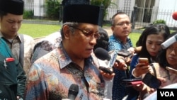 Ketua Umum PBNU, Said Aqil Siradj memberikan penjelasan kepada media usai bertemu Presiden Joko Widodo di Istana Bogor, Kamis 26/2 (VOA/Iris Gera).