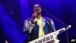 미국 가수 스티비 원더가 지난 5월 앨라배마주 걸프쇼어에서 열린 음악 축제에서 공연하고 있다.