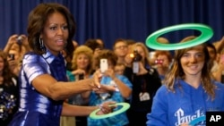 La primera Dama Michelle Obama participa de un evento para animar a la gente a beber más agua, en la escuela secundaria Watertown en Wisconsin.