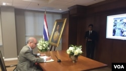 Daniel R. Russel signs the condolence book for His Majesty King Bhumibol Adulyadej.