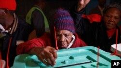 Bi Lydia Gathoni Kiingati, mpiga kura nchini Keanya mwenye umri wa miaka 102.