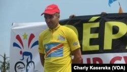 Le Français Noël Richet, maillot jaune, lors de la première étape à Goma, en RDC, le 15 juin 2017. (VOA/Charly Kasereka)
