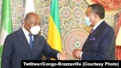 Président Ali Bongo Ondimba ya Gabon apesi bokambi ya CEEAC na mokokani wa ye ya Congo-Brazzaville Denis Sassou N'Guesso na Libreville, 27 novembre 2020. (Twitter/Présidence Congo-Brazzaville)