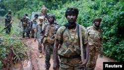 ARCHIVES - Le général de la Séléka patrouille avec ses cmabttants à la recherche des anti-Balaka près du viallge de Lioto, en République centrafricaine, le 6 juin 2014.