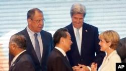 ລມຕ ການຕ່າງປະເທດຣັດເຊຍ ທ່ານ Sergey Lavrov, ທ່ານ John Kerry, ດ້ານຫຼັງ, ຢືນຢູ່ຂ້າງ ລມຕ ການຕ່າງປະເທດ ອິນເດຍ V.K. Singh, ຊ້າຍ, ທ່ານ Wang Yi ລມຕ ການຕ່າງປະເທດ, ກາງ, ແລະທ່ານນາງ Julie Bishop ລມຕ ການຕ່າງປະເທດອອສເຕຣເລຍ.