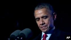 美国总统奥巴马在圣诞树点灯仪式上讲话时的停顿时刻(2015年12月3日)