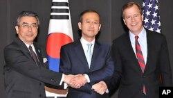 지난 5월 서울에서 회동한 미·한·일 6자회담 수석대표들. 왼쪽부터 스기야마 신스케 일본 외무성 아시아·대양주 국장, 임성남 외교통상부 한반도 평화교섭본부장,글린 데이비스 미국 국무부 대북정책 특별대표.