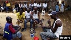 Des boissons artisanales sont proposées dans un bar local à Mishomoroni près de Mombasa au Kenya, 6 mars 2013. (REUTERS/Marko Djurica)