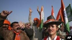 ہندو قوم پرست جماعت بھارتیہ جنتا پارٹی کے کارکن شمالی پنجاب میں بھگت سنگھ کے مجسمے کے ساتھ نعرے بازی کررہے ہیں۔ مظاہرین مطالبہ کررہے ہیں کہ انہیں سری نگر میں بھارتی قومی پرچم لہرانے کی اجازت دی جائے۔