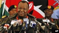 Panglima militer Kenya, Jenderal Julius Karangi mengumumkan pemecatan dua tentara Kenya hari Selasa 29/10 (foto: dok).
