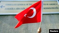 Seorang demonstran Turki melambaikan bendera Turki dalam aksi memrotes kebijakan pemerintah AS yang dianggap mendukung milisi Kurdi, dalam aksi di depan Konsulat AS di Istanbul (foto: ilustrasi).