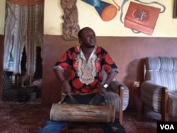 Tutie Haffner in a jam session, Freetown, Sierra Leone, August 29, 2016. (N. deVries/VOA)